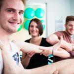 Maurice Wiegelmann, Nina Sander und Ambros Schley lernen Physiotherapie in Bestwig. (Foto: SMMP/Beer)