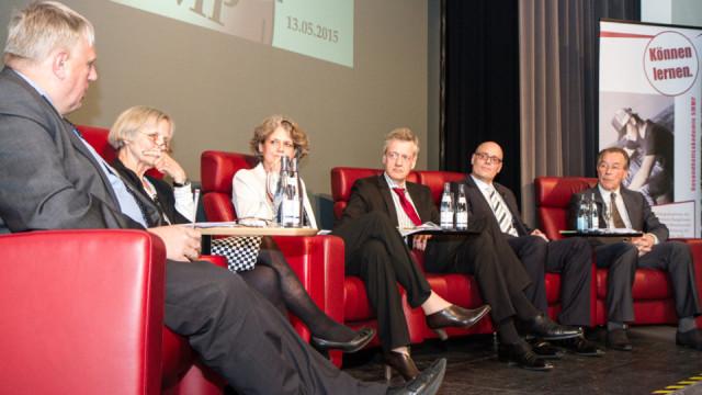 Auf dem Podium (v.l.) Karl-Josef Laumann, Dr. Almut Satrapa-Schill, Prof. Dr. Ursula Walkenhorst, Prof. Dr. Ferdinand Gerlach, Ralf Klose und Franz Müntefering. Foto: SMMP/Bock