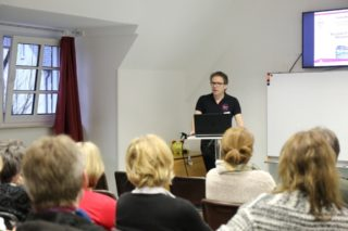 Akademieleiter Andreas Pfläging erläutert den Mentoren den Theorie - Praxis - Transfer