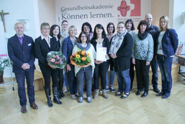 Absolventen der Praxisanleiterweiterbildung 16/17 mit der Dozentin Frau Ilsen und dem Bildungswerkleiter Herrn Ahmetspahic