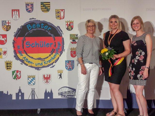 Natascha Biller (Mitte) mit den pädagogischen Mitarbeiterinnen des Fachseminars für Altenpflege, Elisabeth Frede und Julia Stich.