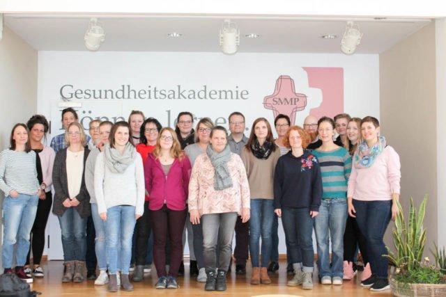 TeilnehmerInnen der Praxisanleiterweiterbildung in der Aula der Gesundheitsakademie SMMP