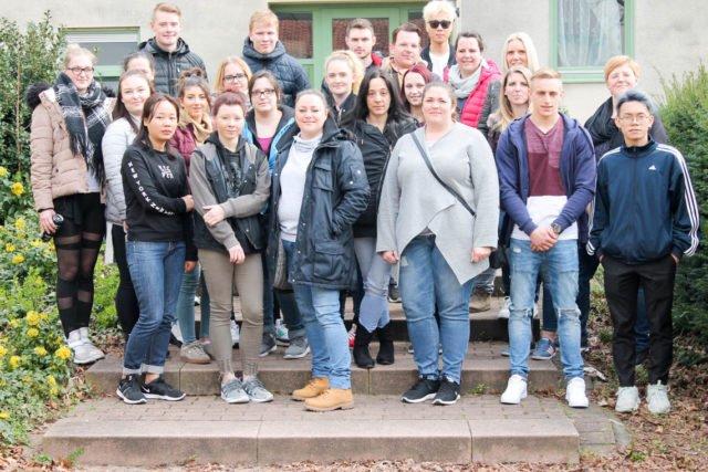 26 TeilnehmerInnen freuen sich über den gelungenen Start in die Altenpflegeausbildung am Fachseminar in Geseke