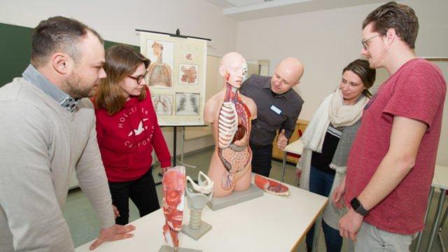 Der Leiter der Pflegefachschule, Edis Ahmetspahic (m.), gibt Anschauungsunterricht am offenen Torso. Foto: SMMP/Ulrich Bock