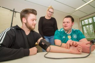 Fit werden für den Berufsalltag: Dazu gehören im Unterricht auch das Blutdruck-Messen oder die Bultentnahme aus dem Finger. Foto: SMMP/Ulrich Bock