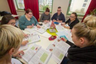 Pflegeausbildung an der Gesundheitsakademie: In Kleingruppen wird intensiv diskutiert. Foto: SMMP/Ulrich Bock