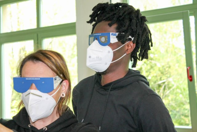 Selbsterfahrung mit Sehbehinderung: Pflegeschülerinnen aus dem Kurs 2-18 nähern sich einem schwierigen Thema.